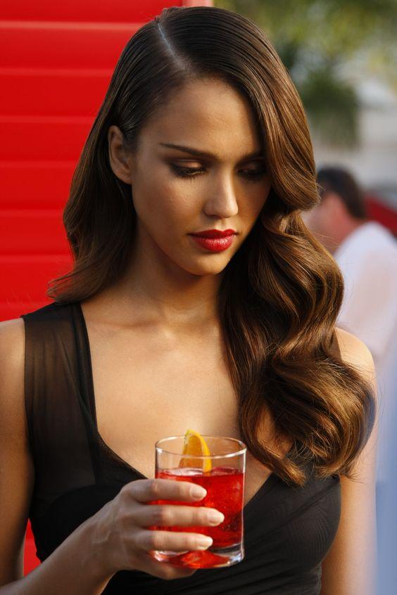 Модная прическа для длинных и средних волос с крупными локонами волнами