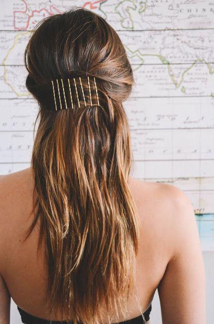 Простая прическа, которую легко повторить каждое утро для длинных волос с заколкой