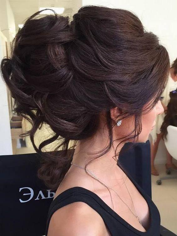 Красивый пучок с локонами - идеальный образ для женщин с длинными волосами