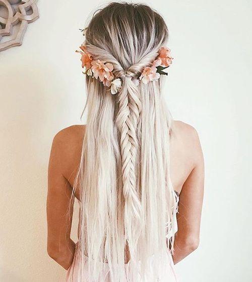 Красивая прическа с длинными волосами - коса, украшенная цветами