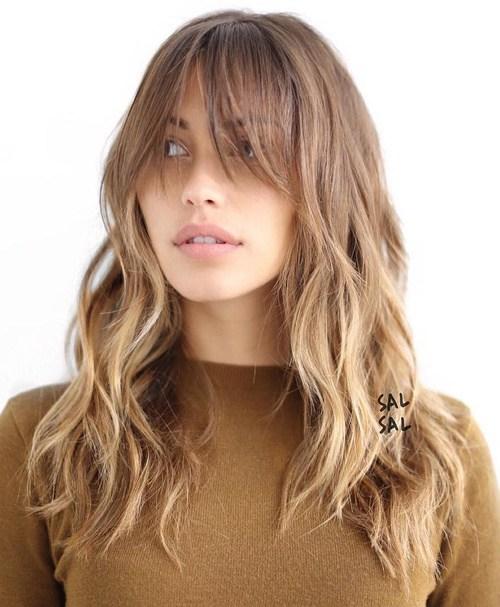 В 2020 году модные стрижки на длинные волосы с отросшей челкой