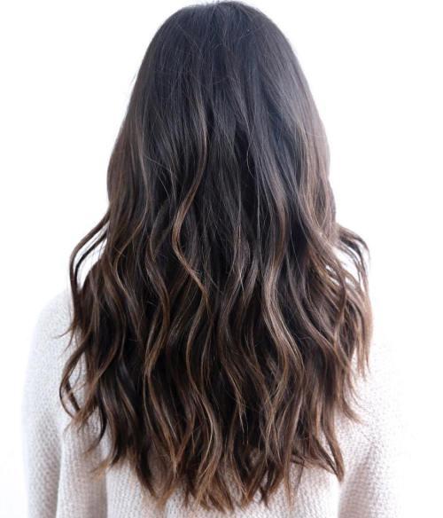 Многоуровневая модная стрижка с длинными волосами 2020 - фото новинки