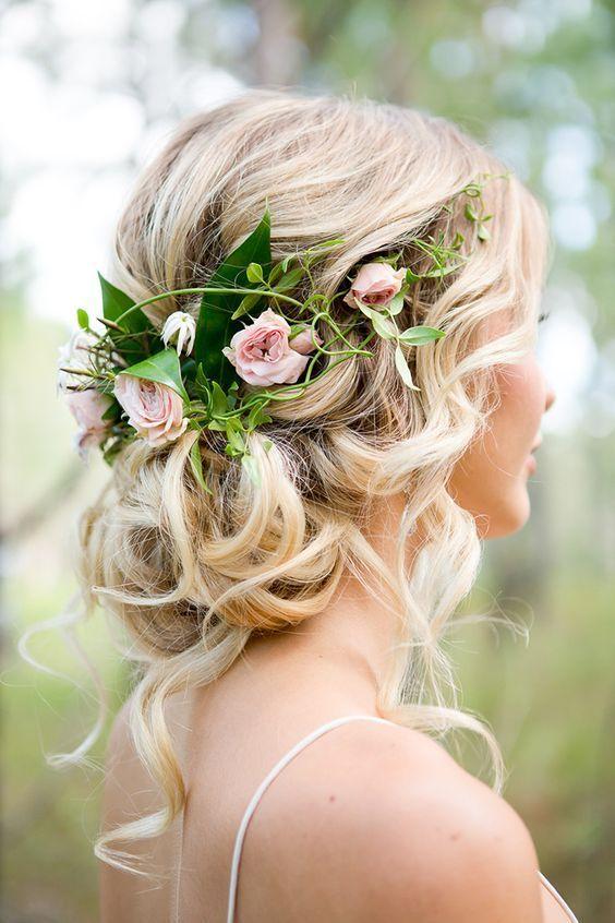 Прическа 2019 для длинных волос с вплетенными цветами