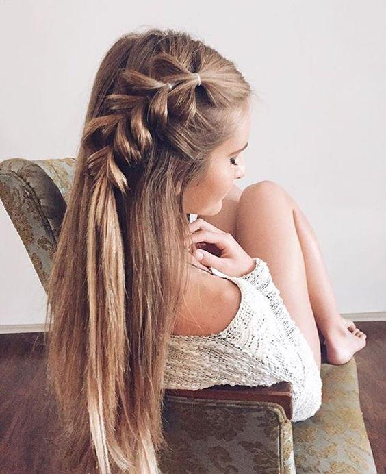 Модная прическа на фото, украшенная объемной косой