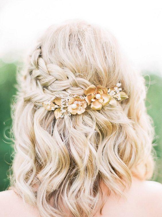 Прическа для средних волос с косой и заколкой с цветами, романтичный образ