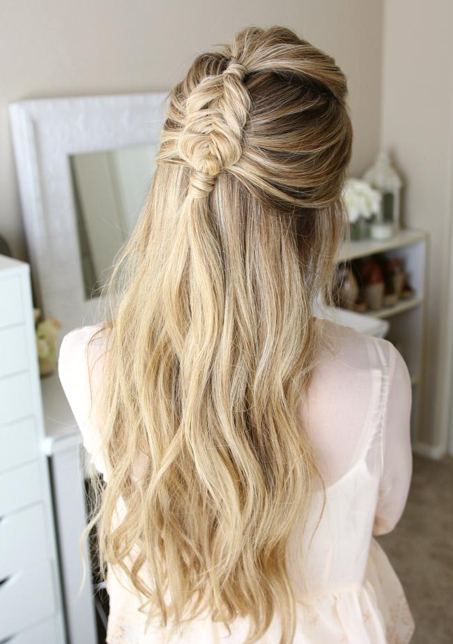 Очаровательная причёска с распущенными волосами и косой