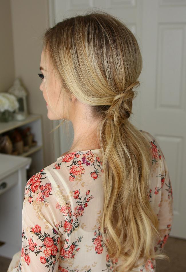 Прическа с розочкой из косы на распущенных волосах - праздничный вариант