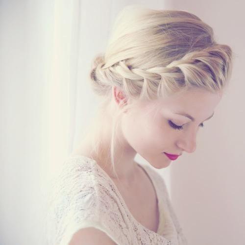 Причёска с плетениями в греческом стиле фото