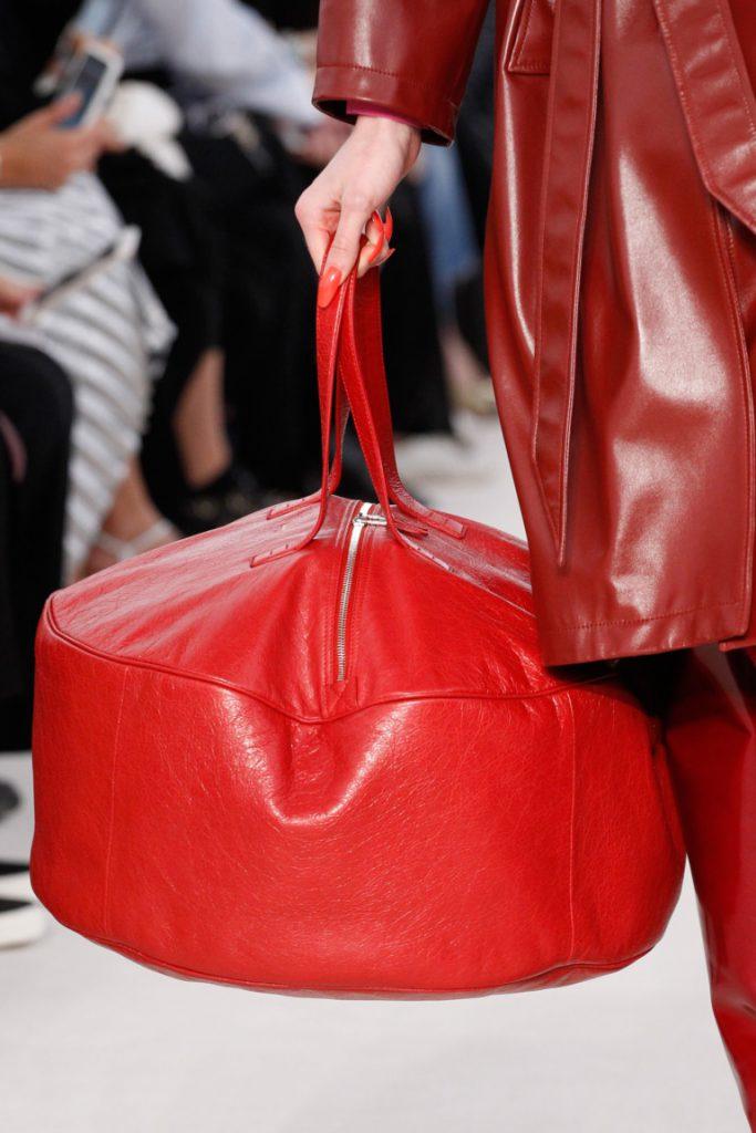 большая вместительная сумка красного цвета - фото обзор коллекции Balenciaga.