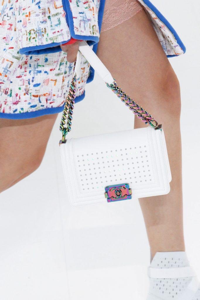 Маленькая модная сумка белого цвета 2017 с длинной ручкой в виде цепочки и кожаного ремешка - фото обзор коллекции Chanel.