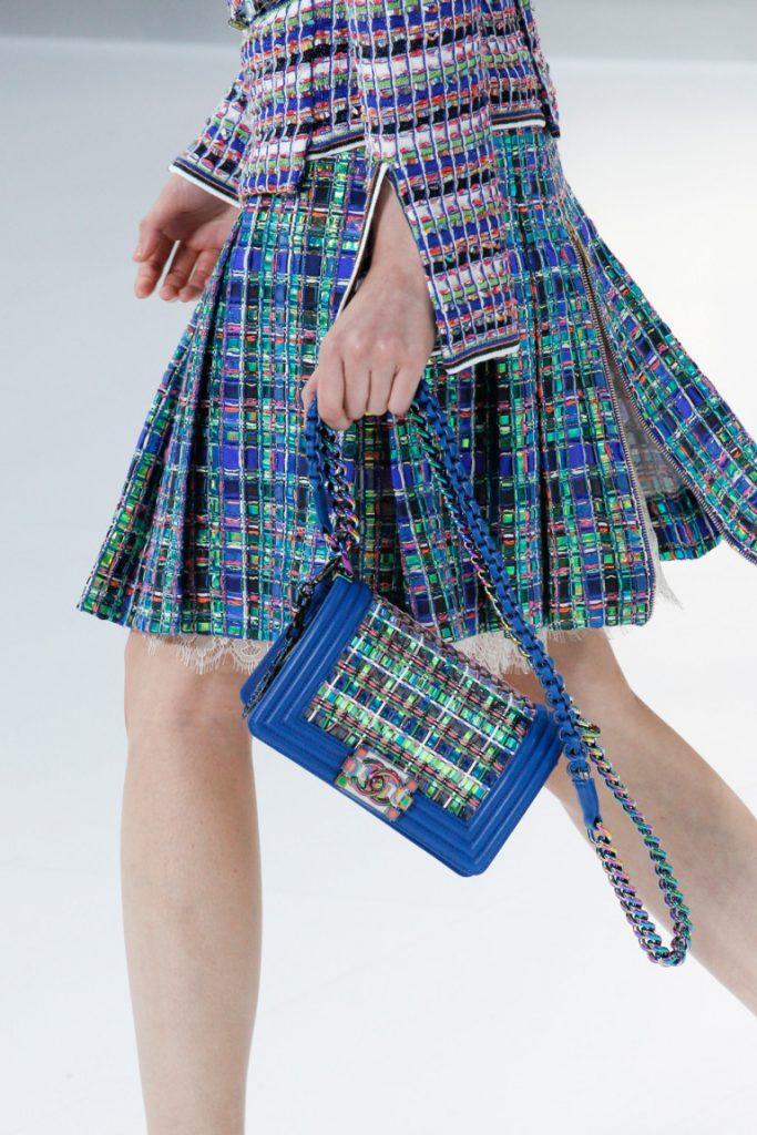 Маленькая модная сумка синего цвета 2017 с длинной ручкой ручкой в виде цепочки и кожаного ремешка - фото обзор коллекции Chanel.
