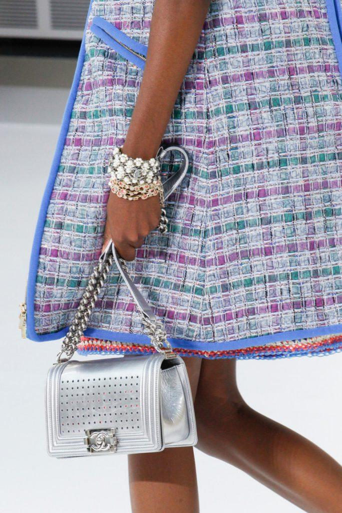 Маленькая модная сумка серебристого цвета 2017 с длинной ручкой ручкой в виде цепочки и кожаного ремешка - фото обзор коллекции Chanel.