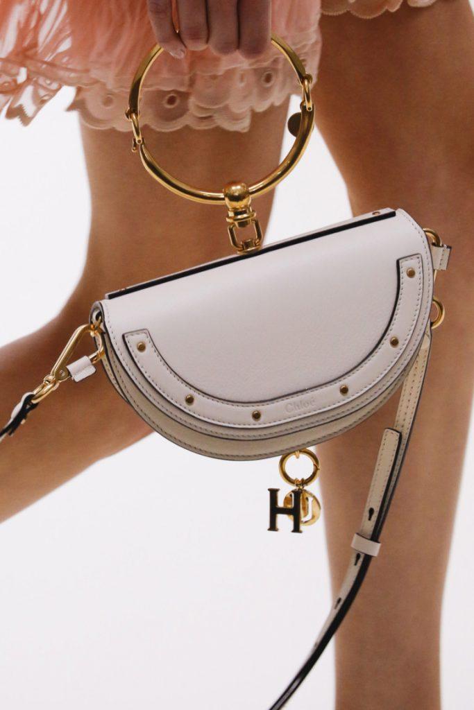 Маленькая модная полукруглая сумка белого цвета 2017 с оригинальной ручкой - фото обзор коллекции Chloé.
