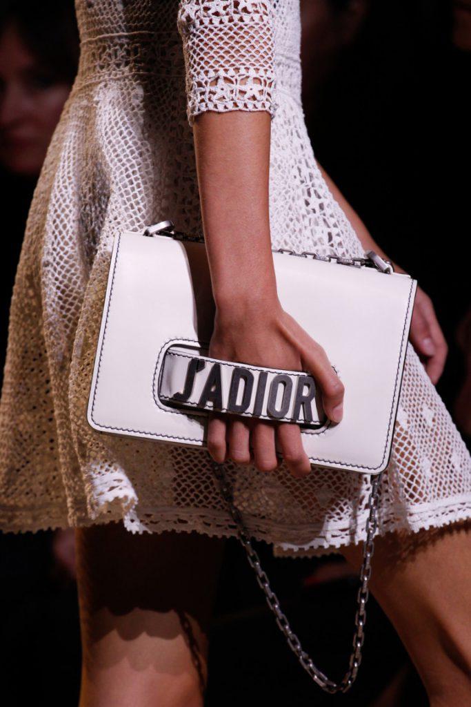 фавориты года - белого цвета сумка с надписью - фото обзор коллекции Christian Dior.