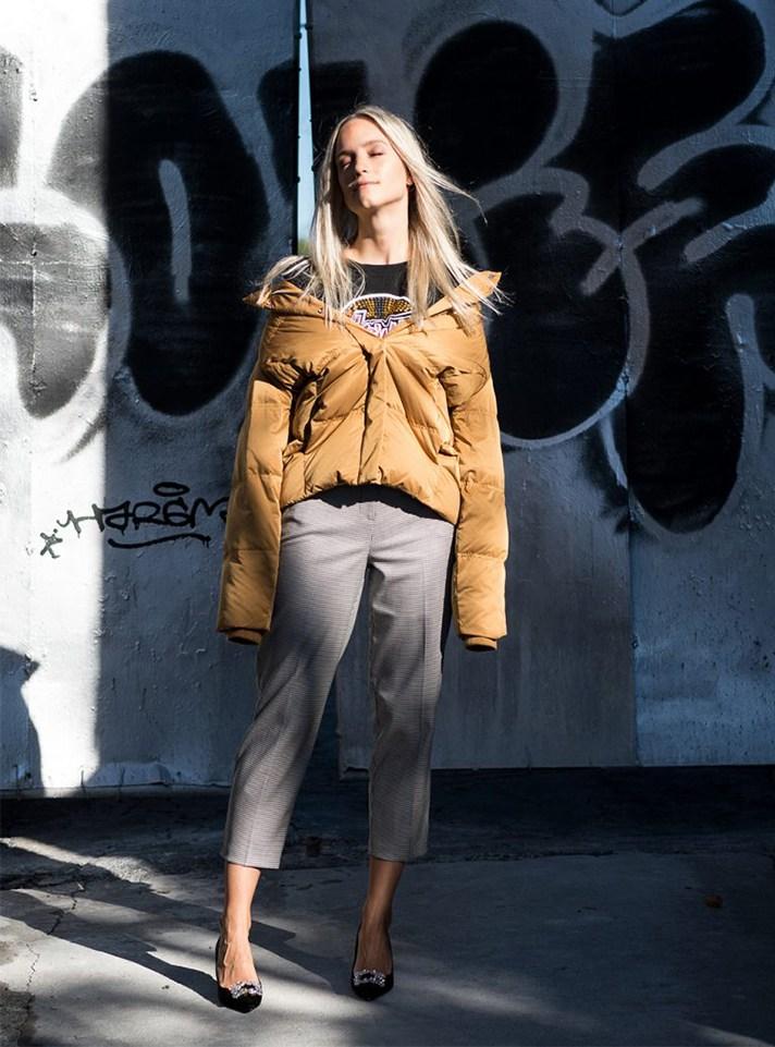 4438d5f2896 Модная короткая куртка 2017 бежевого цвета в сочетании с укороченными  брюками.