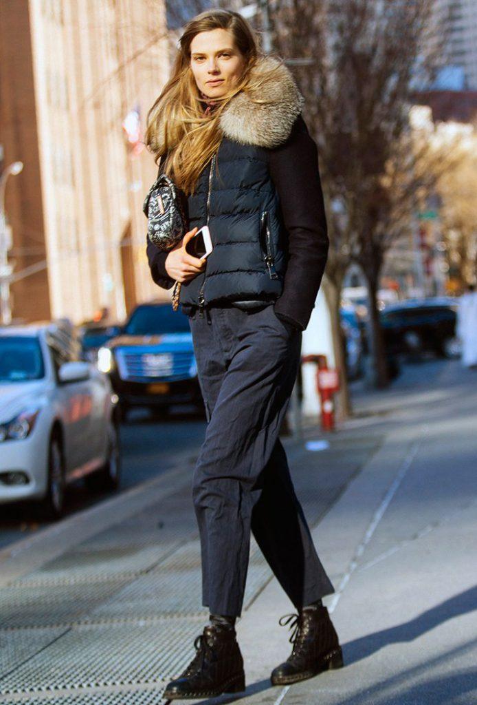 808db8db55a Модная короткая куртка 2017 синего цвета с большим меховыми воротниками.