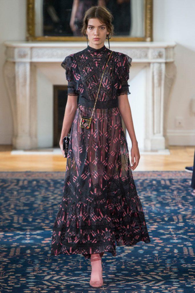 da540afbffe Длинное кружевное платье в пол черного цвета с принтом розового цвета -  фото новой коллекции Valentino