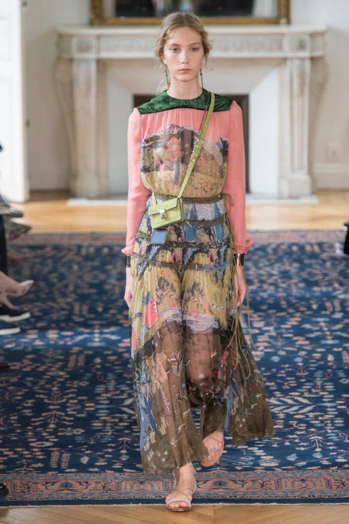 50efaa8ecda Яркой расцветки длинное платье в пол с принтомв виде птиц.рисунков - фото новой  коллекции