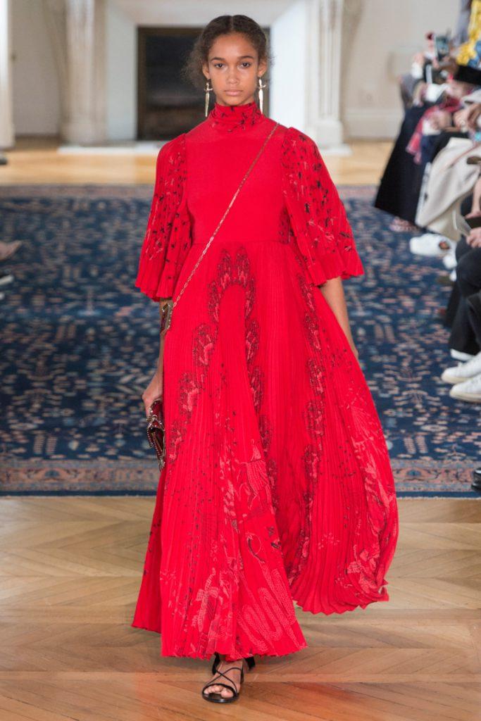349baf3e8ca Длинное расклешенное платье в пол красного цвета - фото новой коллекции  Valentino весна-лето 2017