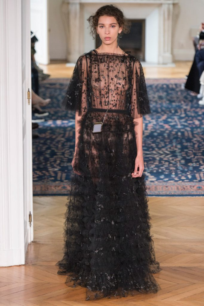 20077c72b9d Длинное кружевное платье в пол черного цвета с воланами - фото новой  коллекции Valentino весна-