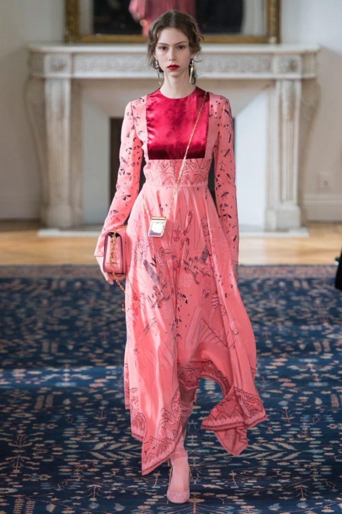 8d82dce8e13 Длинное платье в пол розовых тонов с принтом - фото новой коллекции  Valentino весна-лето