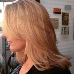 градуированный объемный каскад на средние волосы с длиннойй косой челкой
