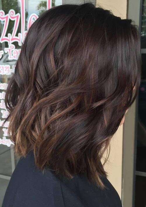 волосы средней длины, выкрашены способом Балаяж и оформлены в виде небрежных локонов с эффектом растрёпанности