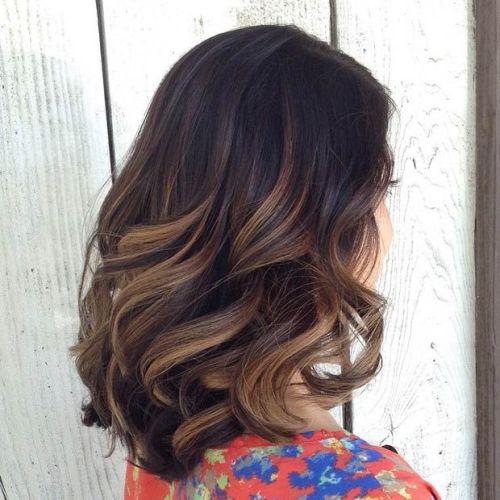 волосы средней длины, выкрашены способом Балаяж и оформлены в виде нлоконов