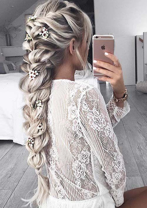 Широкая французская коса, украшенная искусственными цветами