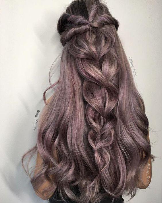 Широкая французская коса из свободно переплетённых широких прядей