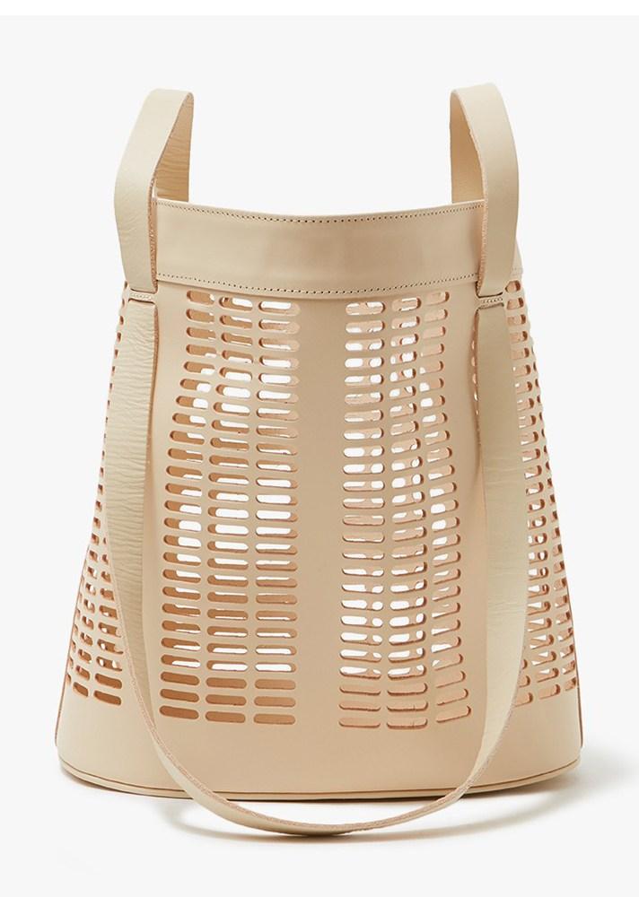 dec5fd1aac32 Универсальные сумки-мешки из лозы или соломы победно возвращаются на модный  подиум. Причём порою в самом классическом варианте  с бахромой из основного  ...