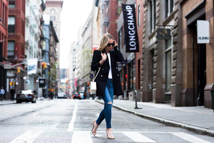 Стильная модель классического пальто с рваными джинсами