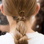 длинные волосы, уложенные в косу и хвост