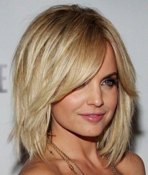градуированная стрижка на средних волосах c косой челкой