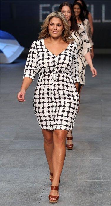 мода 2019 фото платья больших размеров - футляр с оригинальным принтом