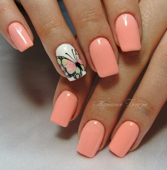 Маникюр нежно розового цвета и с летним рисунком с бабочками на ногтях средней длины