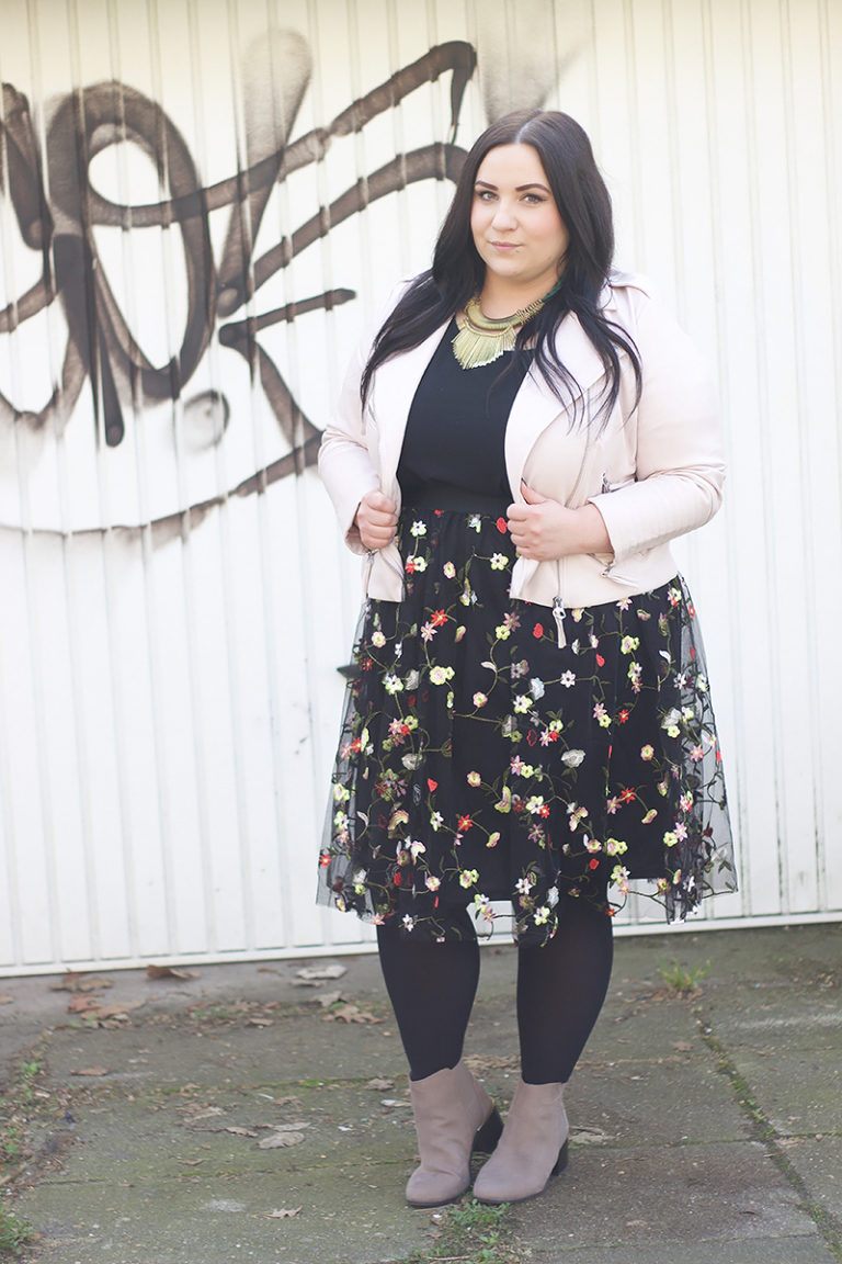 модная одежда 2019 для полных девушек - яркая юбка с цветами
