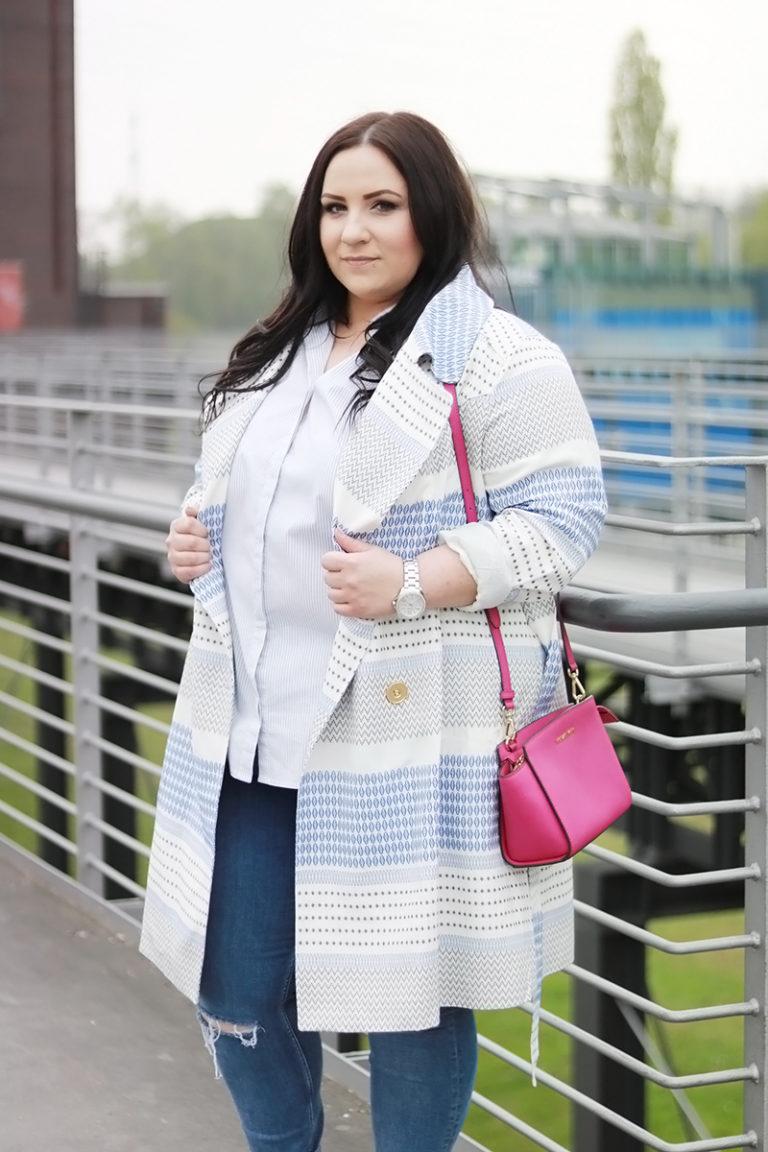 мода для полных девушек 2019 фото с голубым пальто с принтом