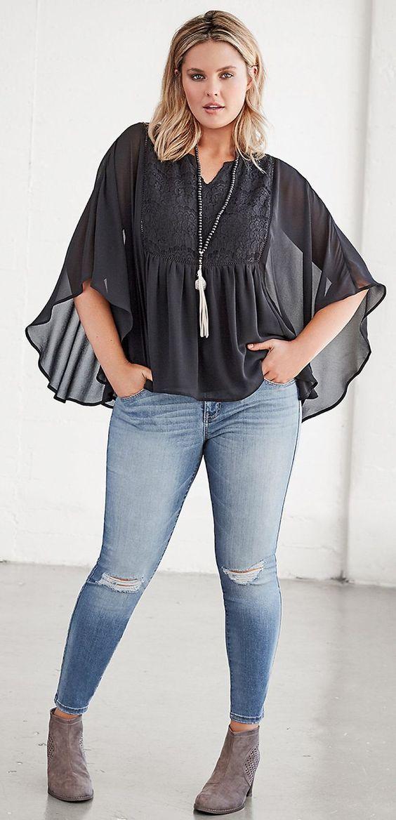 мода 2019, блузка больших размеров с декором и рваными джинсами