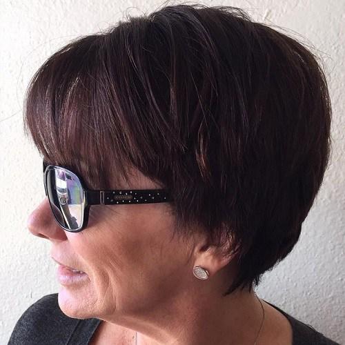 короткая стрижка  с прямой челкой для женщин старше 50 лет