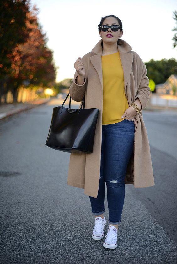 фото моды 2019 больших размеров с яркой блузкой и джинсами