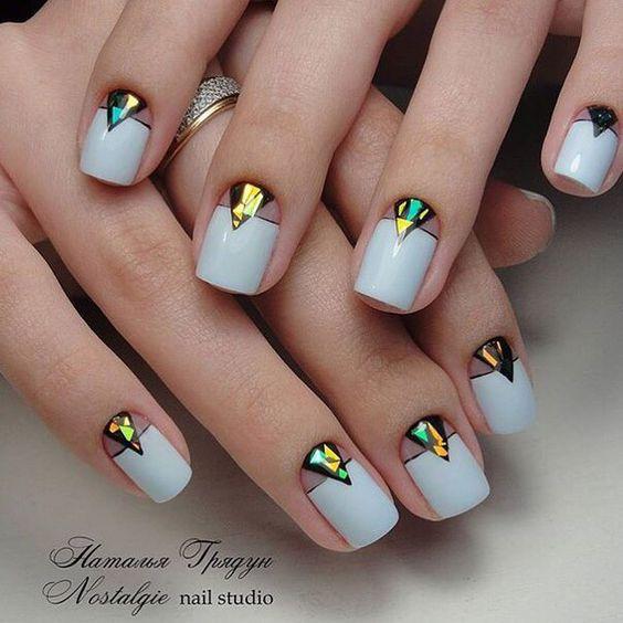 Маникюр со стразами геометрической формы на коротких ногтях