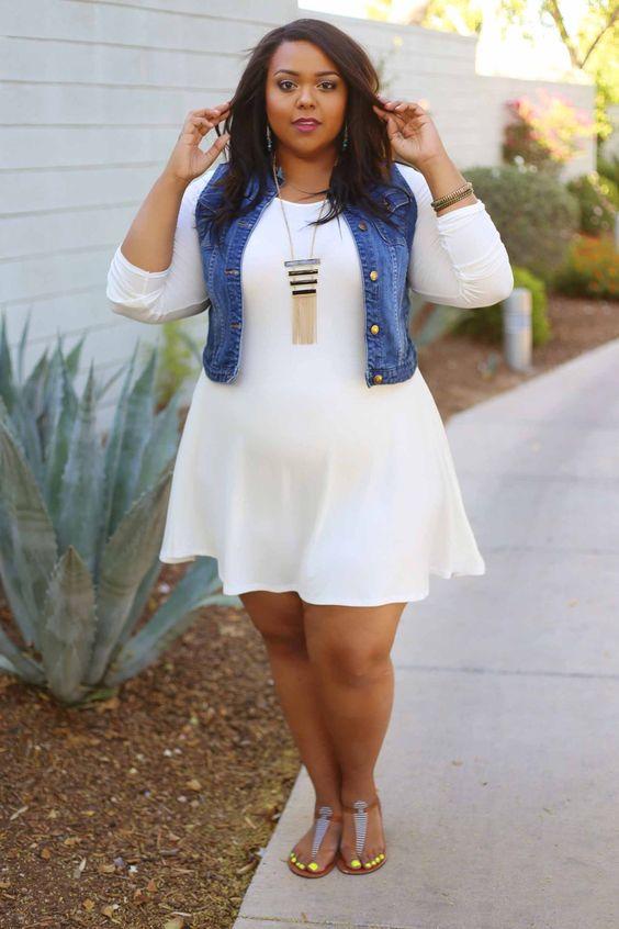 мода 2019 больших размеров с белым платьем и джинсовой жилеткой