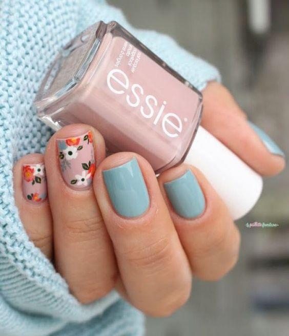 Маникюр голубого цвета и с рисунком цветков на коротких ногтях