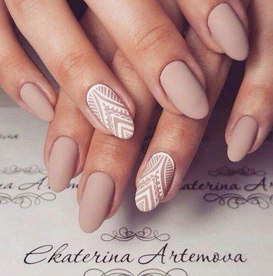 Матовый маникюр светлых тонов и с геометрическии фигурами на ногтях удлиненной овальной формы