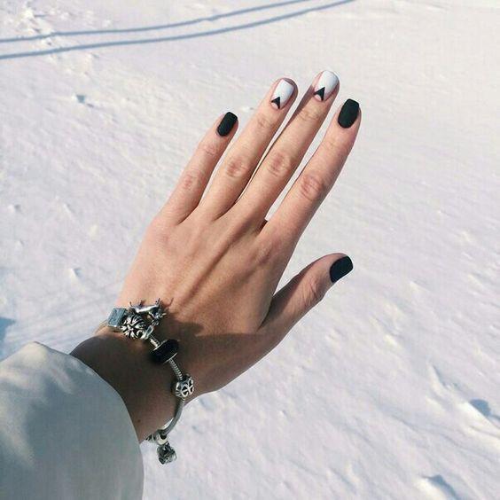 Маникюр черного цвета и белого с геометрическими черными линиями