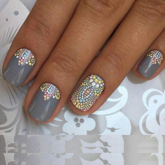 Маникюр серого цвета с рисунком в виде разноцветной мозаики на коротких ногтях
