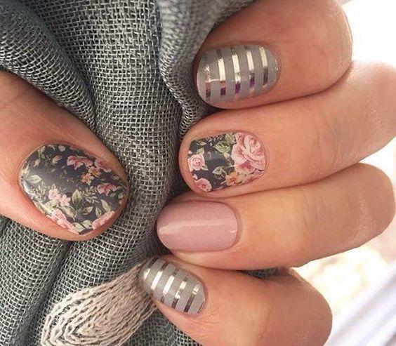 Маникюр с геометрическим дизайноми рисунков цветков на коротких ногтях