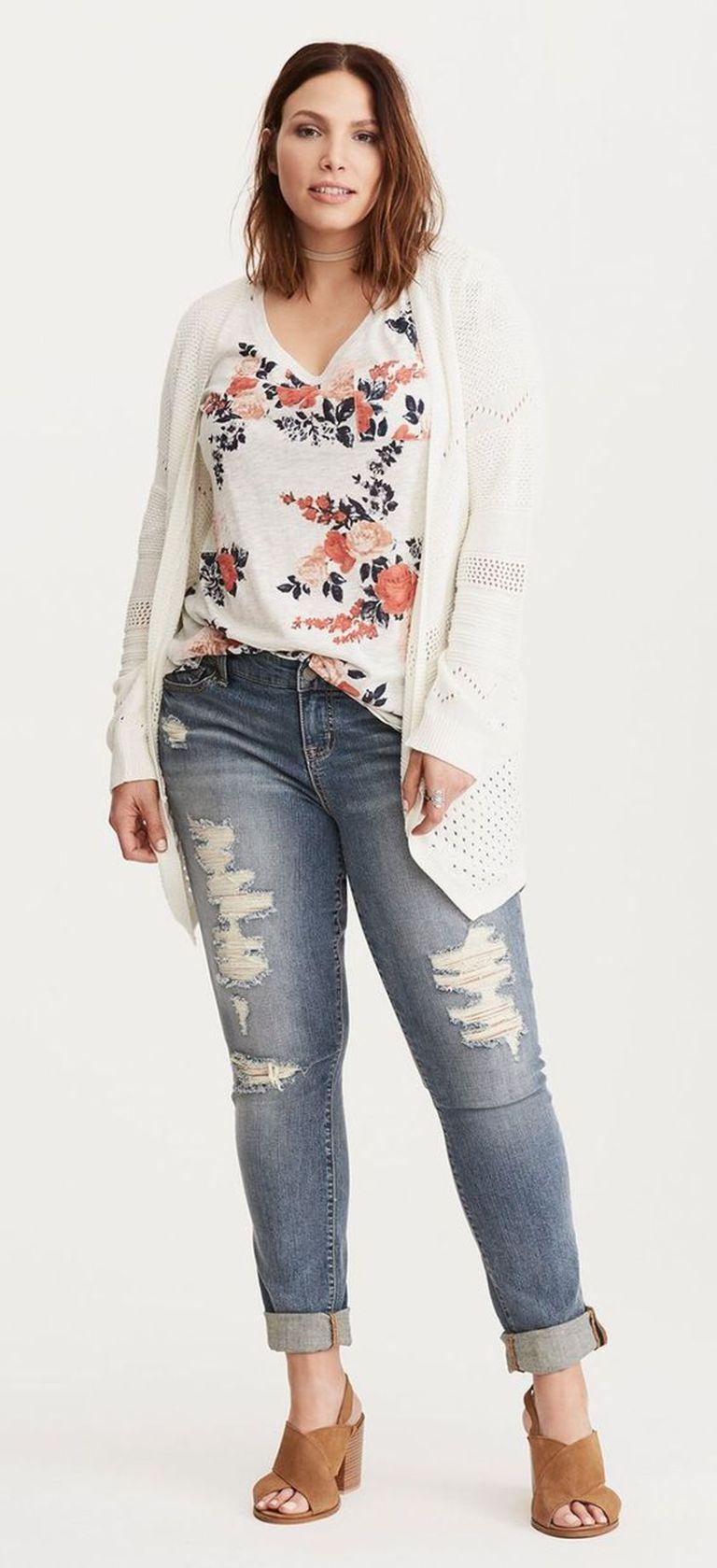 мода 2019 большего размера - блузка с цветочным принтом и рваными джинсами