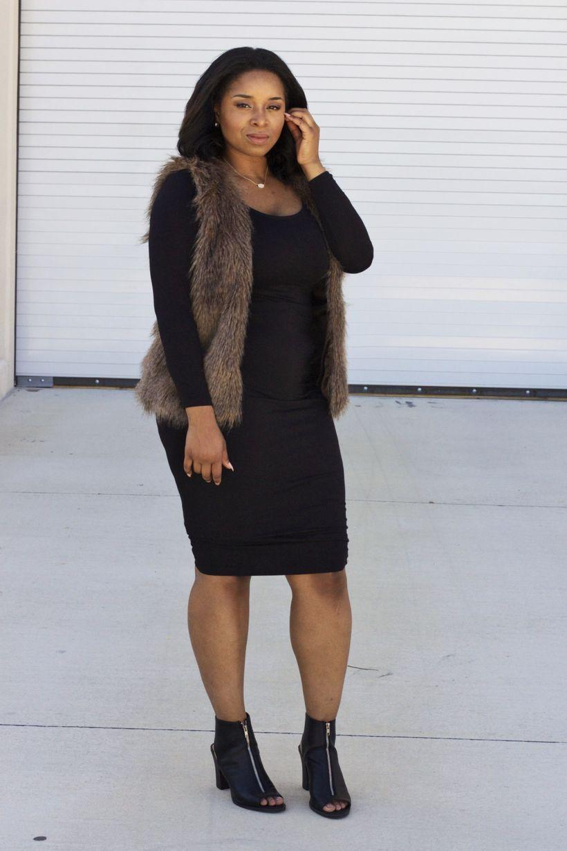 модное черное платье 2019 с меховой жилеткой